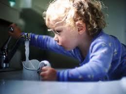 http://t2.gstatic.com/images?q=tbn:9rGCob_12WQTgM:http://www.geo.fr/var/geo/storage/images/media/images/rubrique-geo-infos/images-une-actu-une-question/eau-du-robinet/434554-1-fre-FR/eau-du-robinet_940x705.jpg