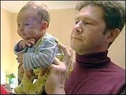 BBC Brasil - Notícias - Terapia que usa acrobacia com bebês causa ...
