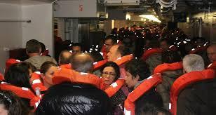 passeggeri in emergenza sulla nave