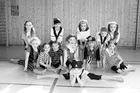In der Mitte (von links) Alexandra Webster, Kristin Spratter, Anna Grünwald, Victoria Becher, Johanna Bogenrieder und Anna Eberl. Vorne Luana Berndt. - 915579_1_xio-image-46a632ea7a4c1