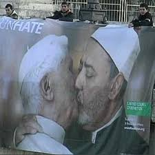 Il bacio gay tra il Papa e l' Imam