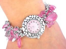 ساعات قيمة باللون الوردى للصبايا