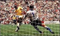 Camisa de Pelé é arrematada em leilão por R$ 528 mil | BBC Brasil ...