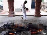 Mulher se joga na pira funerária do marido na Índia
