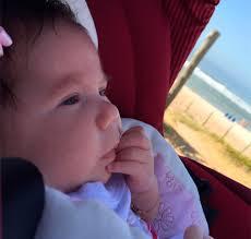 Deborah Secco compartilha foto da filha, Maria Flor, tomando banho ...