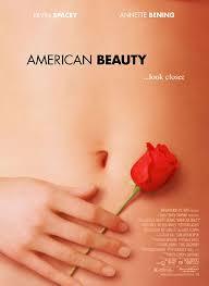American Beauty. Pel�cula de 1999.American Beauty (Belleza americana en Hispanoam�rica), es una pel�cula dram�tica de 1999 que explora los temas del amor, la libertad, la belleza, la liberaci�n personal, el existencialismo, la b�squeda de la felicidad y la familia contra la situaci�n general de los barrios residenciales norteamericanos. La pel�cula supuso el debut en la pantalla del guionista Alan Ball, fue dirigida por Sam Mendes y protagonizada por Kevin Spacey y Annette Bening. Los cuatro fueron nominados a los Premios �scar.