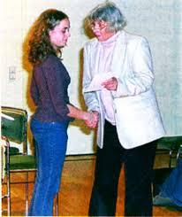 Dr. Sigrid Hansen (rechts) überreicht Daniela Gerstmann die Teilnahme- Urkunde am Jugend- Kompositionswettwerb. - scan-nmz-artikel-tonkuenstlerfest_2007_ausgabe_02-2007_bild