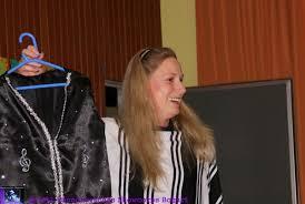 Yvonne Bettin mit einem Teil der neuen \u0026quot;Uniform\u0026quot; - Laatzen - 1437556_web