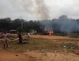 Moradores colocam fogo em barracos durante reintegração de ...