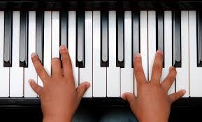 Как держать правильно руку при игре на фортепиано?