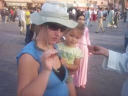 Rebecca Robinson. Rebecca und ihre Tochter genießen den Souk von Marrakech. Was hältst du vom Fall Fouad Mourtada und seiner Bestrafung? - rebecca