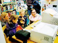 Bevor es losgeht, zeigt Inga Nobel (re.) den kleinen Leseratten die Internetseite, auf der sie auch bald zu sehen sein werden. Im Interview erzählt Melissa ... - 39437