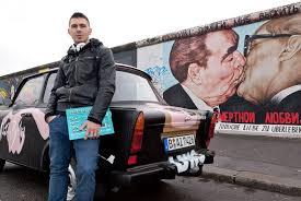 Juan Gamboa (ante un vestigio del muro de Berlín) es uno de los españoles que ha probado suerte en el extranjero pese a tener trabajo en España. - 1320534001_740215_0000000000_noticia_normal