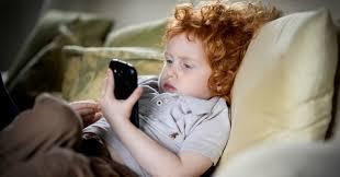 Em que idade é seguro para uma criança começar a usar um ...