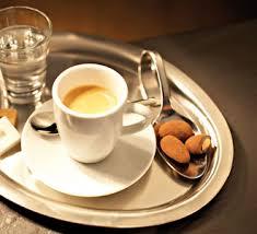 чашечка эспрессо и кофейные зерна