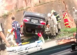Carro cai de viaduto após motorista perder controle da direção em ...
