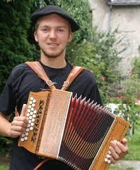 Ce soir, Mathieu Barès montera sur scène, aux côtés de Michel Maffrand et de son groupe, Nadau. À tout juste 18 ans, le jeune homme se tiendra aux côtés de ... - 201107221534_w350