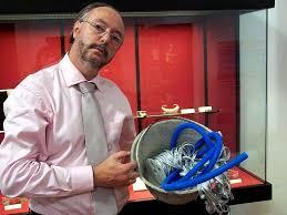 Ramón Garrido mostrando una obra de su exposición en 2008, Arqueología de objetos (Cosas del artista). - ramon-garrido-exposicion