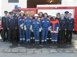 ... Sebastian Schindler (von rechts), Lochaus Kommandant Andreas Heining und den Lochauer Jugendwarten Ramona Bayerl und Corinna Hecht. - 2010_103_1