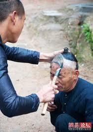 حلاق يحلق الشعر باستخدام منجل  Images?q=tbn:ANd9GcSTNsvV898Z0MlL92U3wXGm0XiukAbovlghu9gyA2_-cMJX2Dlm