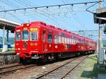 """電車:白い""""いちご電車""""に対して真っ赤"""