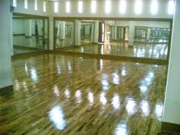 Pemasangan lantai kayu parket dalam ruangan