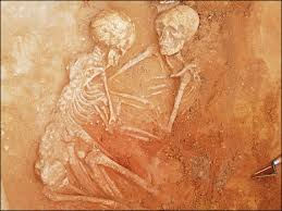 Arqueólogos acham esqueletos abraçados há 6 mil anos na Espanha