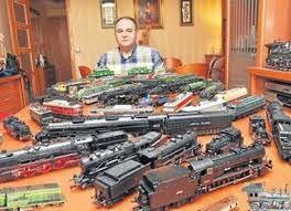Manuel Madueño posa con algunas de las locomotoras de su colección. LADIS - 765711_1