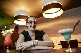 """Laura Ehlert serviert am Raschplatz Hannover-Mitte in der Sonderbar Cocktails und mehr. Cocktails und mehr: Laura Ehlert serviert in der """"Sonderbar\u0026quot;. - Sonderbar_ArtikelQuer"""