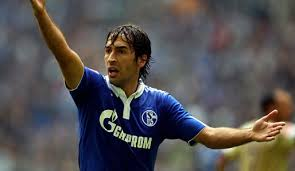 Raúl durante un encuentro en la Bundesliga