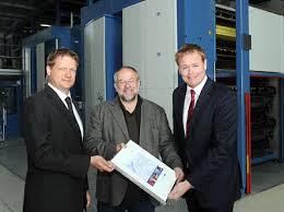 Staatsrat im Umweltressort Wolfgang Golasowski begrüßt die Druckzentrum Nordsee GmbH, vertreten durch Matthias Ditzen-Blanke (rechts) und Michael Ueding ... - 100421_farbe-bekennen.jpg.30277