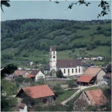 Patrick Bircher © Mettau mit der Kirche St. Remigius. Mettau liegt an der Verbindungsstrasse von Laufenburg über den Rotberg ins Aaretal. - tblOrtstammOrtsbild347