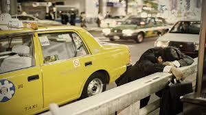 Fotógrafo captura pessoas dormindo nas ruas de Tóquio