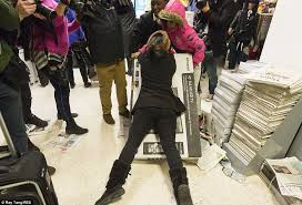 best tv black friday deals 2014 5 black friday turns violent as shoppers fight over bargains daily