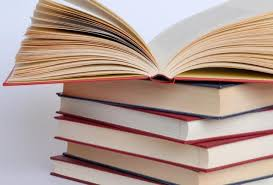 Бібліотека з пивних ящиків і дивні назви книжок. Читають дедалі менше -
