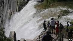 Turistas são levados por cachoeira em parque nos EUA