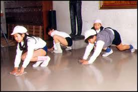 Alunos limpando o chão da escola, desde pequenos.
