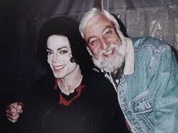 Témoignages de gens qui ont côtoyé ou rencontré Michael. Artistes, des gens qui ont travaillé avec lui, ou pour lui, des amis, de gens de sa famille etc... - Page 14 Images?q=tbn:ANd9GcTfKnr9LKYrBO55-kBltMxrYAaPVsblnQkTWHqZHi4SB55RLzbgEbrxv5_-