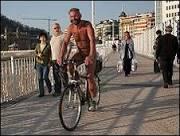 BBC Brasil - Notícias - Ciclista nu é atração no litoral da Espanha
