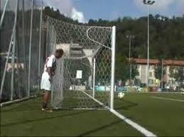 Ronaldinho marque de derrière le but ( vidéo )