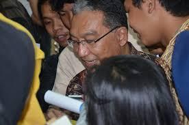 Dirjen Pajak saat melayani permintaan tanda tangan dari mahasiswa - dirjen_pajak_2012_4968_20121214153703
