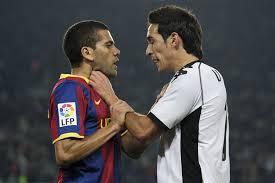 Vicente Rodríguez y Dani Alves durante el pasado Barcelona-Valencia