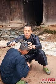 حلاق يحلق الشعر باستخدام منجل  Images?q=tbn:ANd9GcTtLwbBJq_vlHLeIHhA9sCLTrotWjI1sVHYh_T7RqJ3n1i-YTsQ