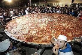http://t2.gstatic.com/images?q=tbn:Egle6jrhAaJ2oM:http://www.canpages.ca/blog/wp-content/uploads/2009/03/worlds-largest-pizza.jpg
