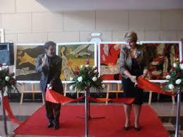 Họa sỹ Phạm Lực và bà Lotta Sylwander – Trưởng Đại diện Unicef cắt băng khai mạc Triển lãm tranh.