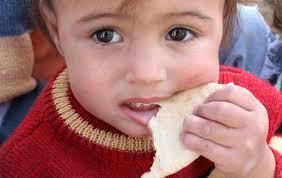 bambino che mangia il pane