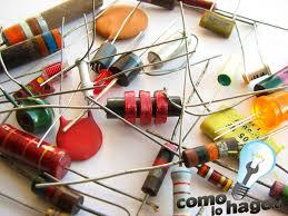 componentes electrónicos en desorden sobre una mesa