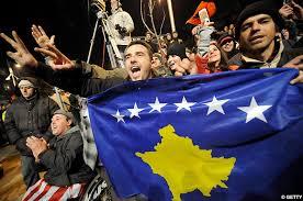 Manifestantes con la bandera de Kosovo
